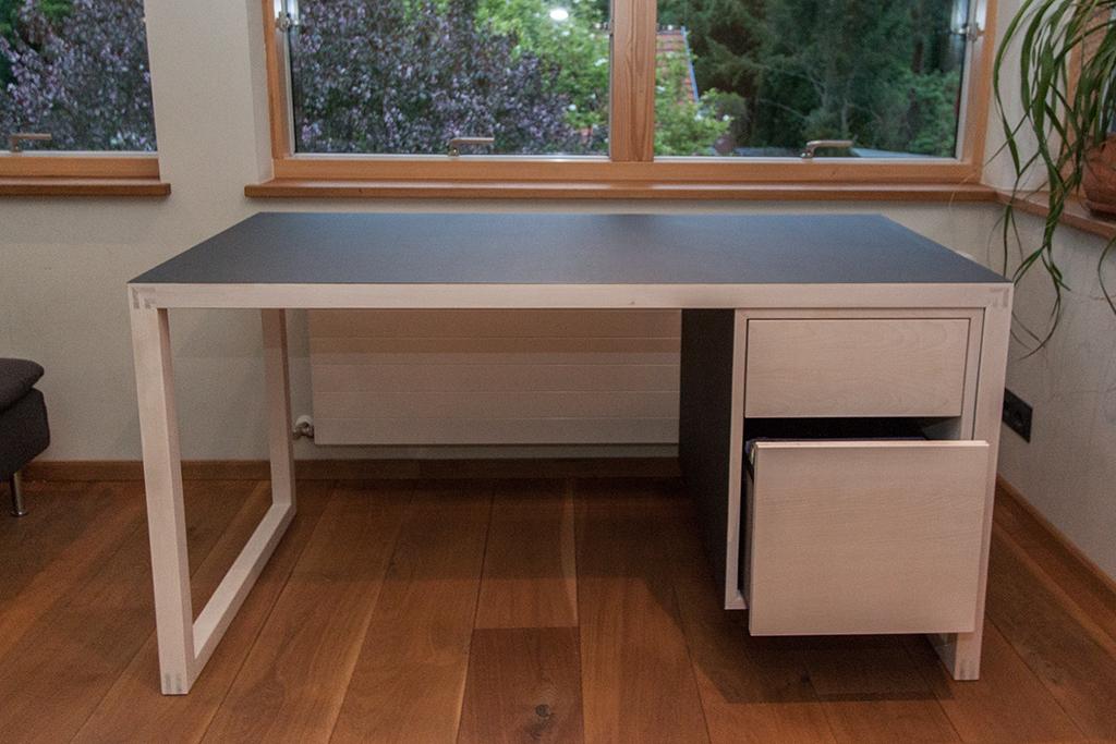 Schreibtisch in Ahorn und Linoleum