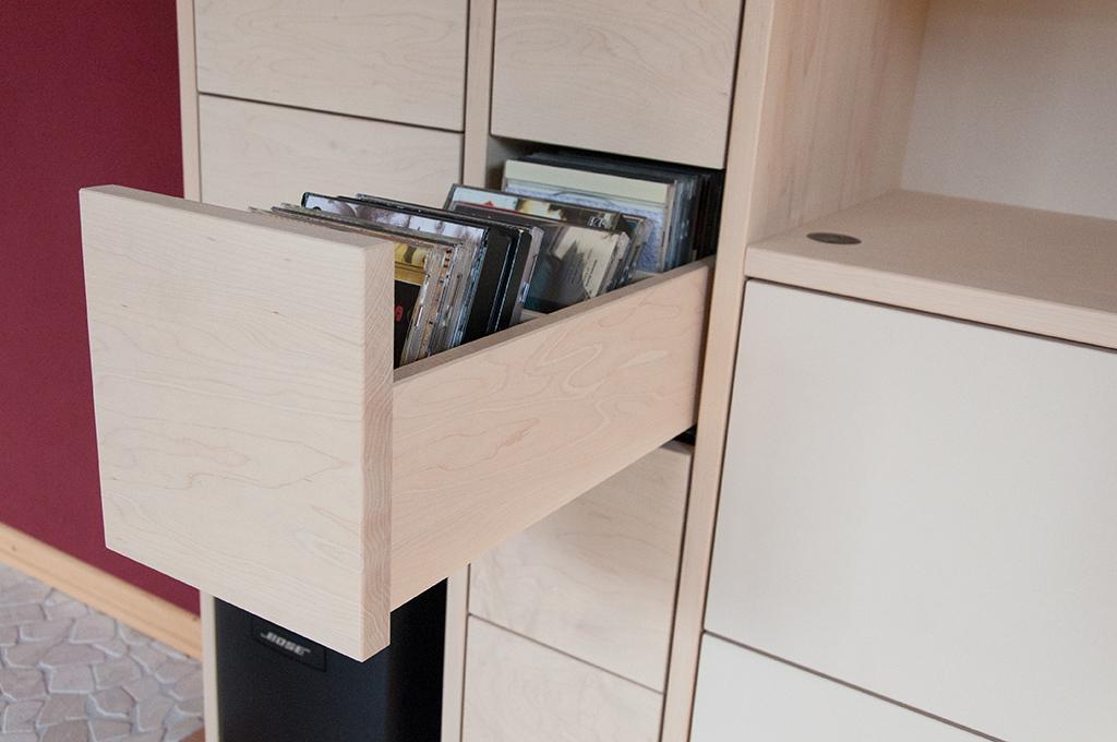 Schubkasten für CD mit Trennwänden. TV-Lift nahbedienung im offenen Fach