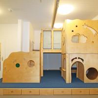Spielpodest mit Tunnel und Schubkästen