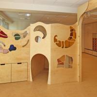 Spielpodest mit Höhle und großen Schubkästen
