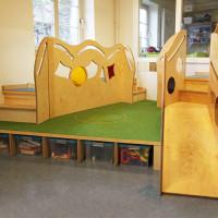 Spielpodest mit Bällebad Platz für Spielzeugkisten