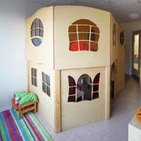 Spielpostest in Form eines zweistöckigen Häuschens