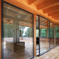 Glasschiebetür und große Fenster