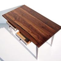 Tisch mit Schubkästen aus Nussbaum und Pitch-Pine.