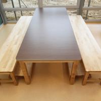 Tisch und zwei Bänke mit ausziehbarer Stufe