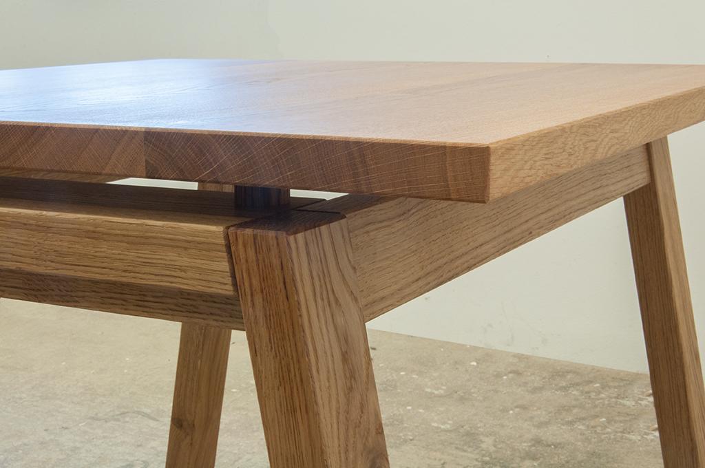 Tisch mit Zargengestell und massiver Eichenplatte