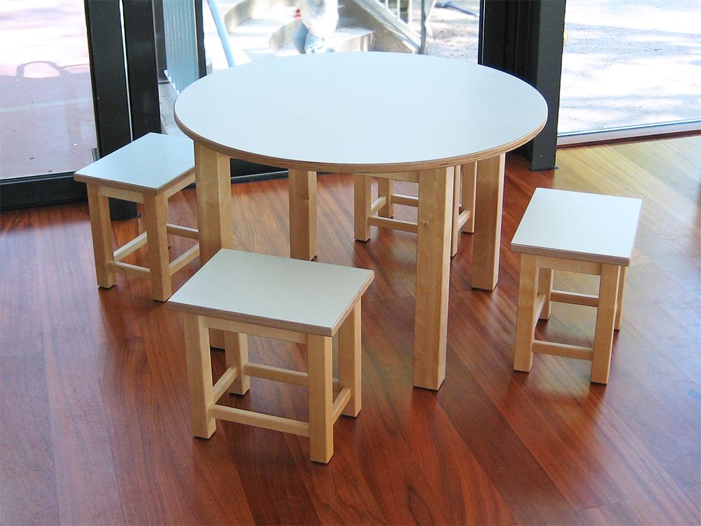 Runder Kindertisch mit vier Hockern