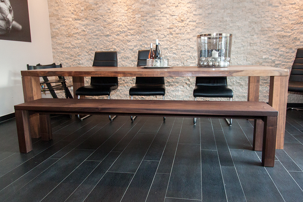 Tisch und Bank aus massivem Nussbaum