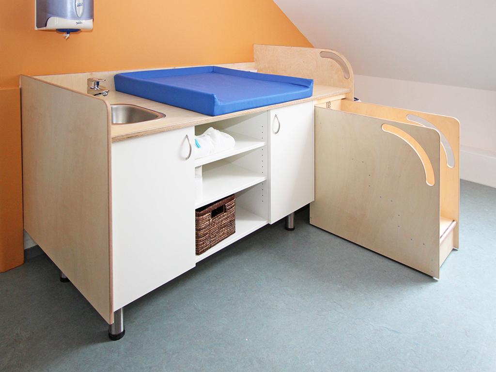 Wickeltisch mit Waschbecken und ausziehbarer Treppe