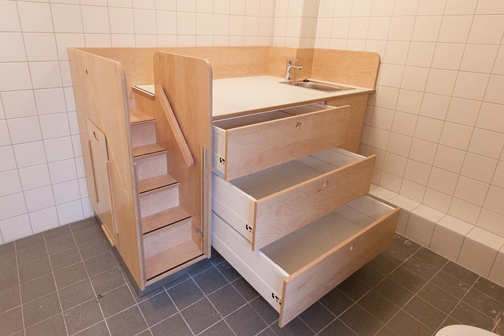 Wickeltisch mit Treppe, Waschbecken und Schubkästen