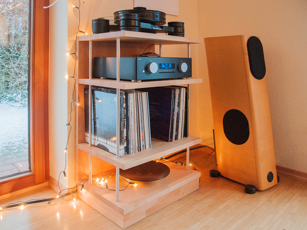 Hifi-Regal für einen Plattenspieler aus Buche und Aluminiumstangen.