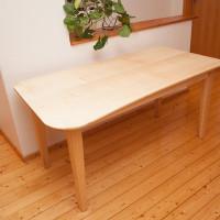 Schreibtisch aus Ahorn mit gerundeter Tischplatte.