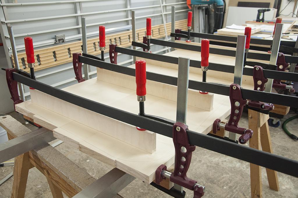 verleimen der Ahorn-Bohlen zu einer Tischplatte mit Hilfe von von Schraubzwingen
